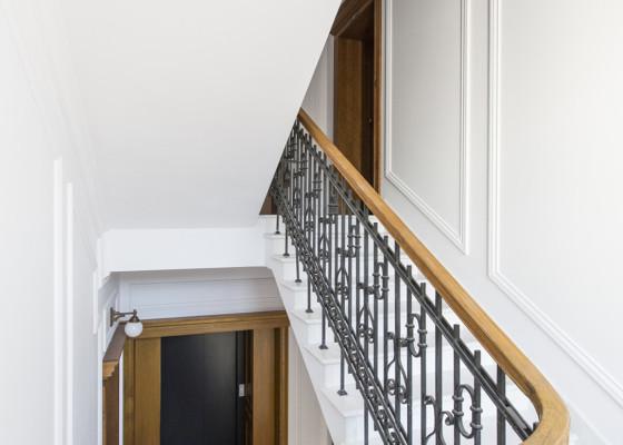 klatka schodowa w apartamencie