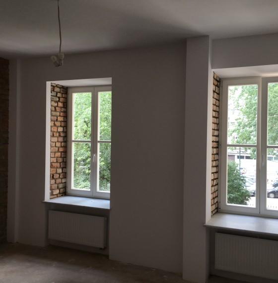 okna w apartamentowcu